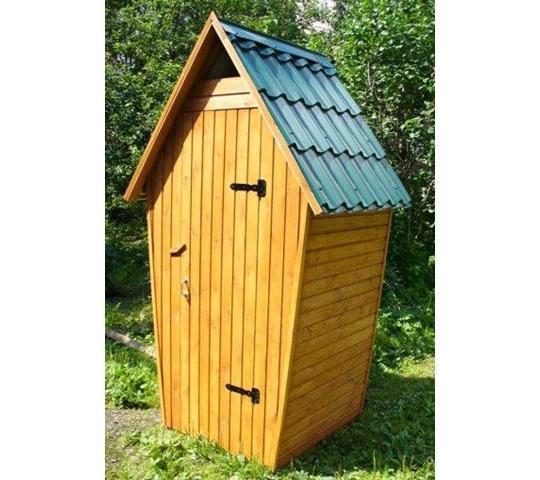 Туалет из дерева с двускатной крышей